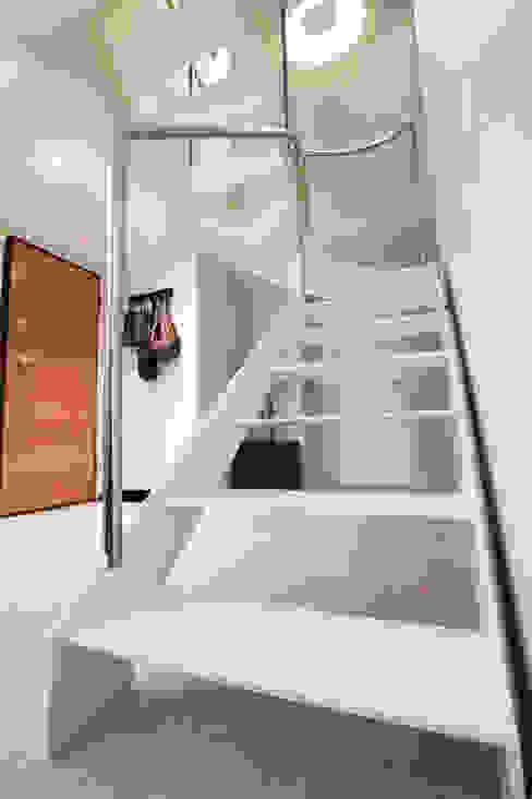 Como decorar mi casa para ganar luz Pasillos, vestíbulos y escaleras de estilo moderno de Estatiba construcción, decoración y reformas en Ibiza y Valencia Moderno