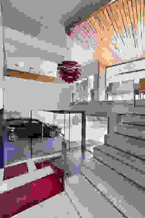 dezanove house designed by iñaki leite - open stairs Moderner Flur, Diele & Treppenhaus von Inaki Leite Design Ltd. Modern