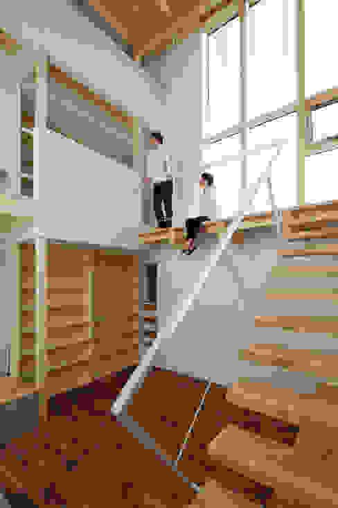 階段踊り場: 一級建築士事務所 Atelier Casaが手掛けた廊下 & 玄関です。,モダン
