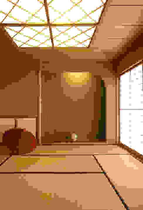 和室 (客間・寝室・あるいは茶の間): 吉田設計+アトリエアジュールが手掛けたリビングです。,モダン