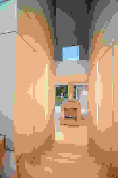 EINFAMILIENHAUS KLOSTERNEUBURG | AUT Moderner Flur, Diele & Treppenhaus von Moser Architects Modern