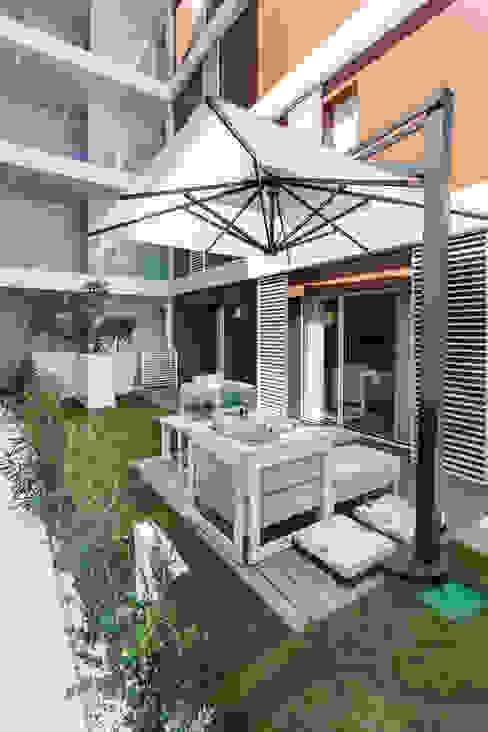 La residenza estiva - Design degli interni dell'apartamento sul Cote d'Azur Balcone, Veranda & Terrazza in stile moderno di NG-STUDIO Interior Design Moderno