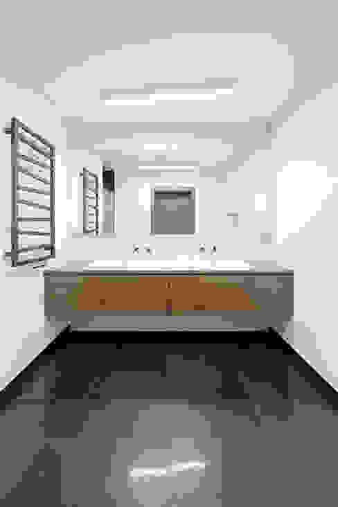 WNĘTRZE DOMU POD ŁODZIĄ BASK grupa projektowa Minimalistyczna łazienka
