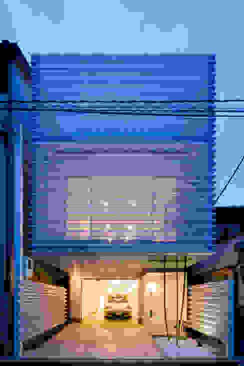 Home to live with Porsche : Kenji Yanagawa Architect and Associatesが手掛けた家です。,モダン