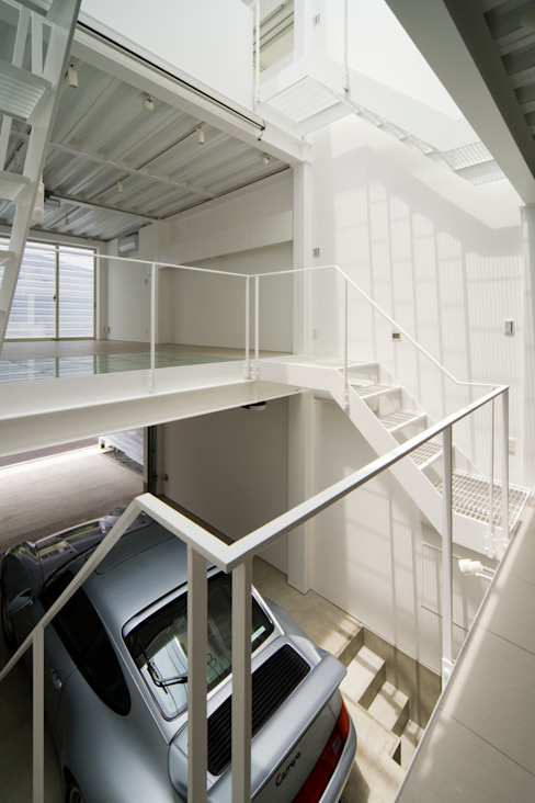Home to live with Porsche モダンデザインの ガレージ・物置 の Kenji Yanagawa Architect and Associates モダン