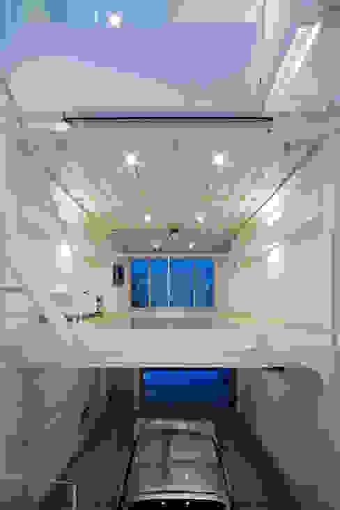 Home to live with Porsche : Kenji Yanagawa Architect and Associatesが手掛けたリビングです。,モダン