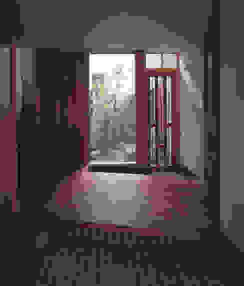 Pasillos, vestíbulos y escaleras de estilo escandinavo de 矩須雅建築研究所 Escandinavo