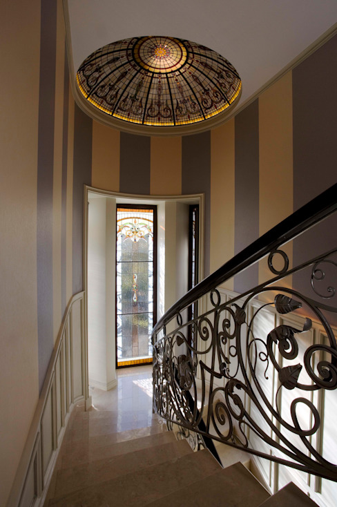 Couloir, entrée, escaliers classiques par Студия дизайна Сергея Кривошеева Classique