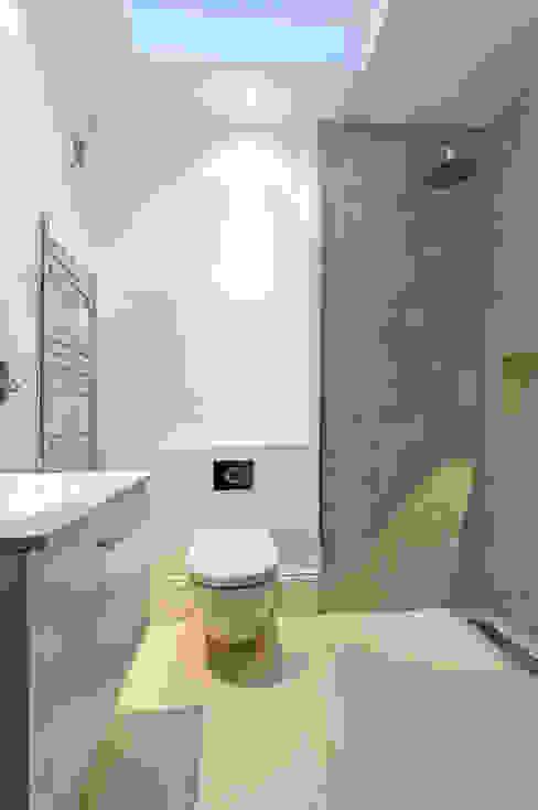 Parsons Green Basement Dig out and Extension Salle de bain moderne par Balance Property Ltd Moderne