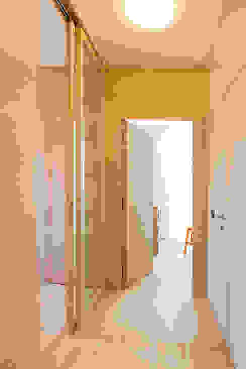 Pasillos, vestíbulos y escaleras de estilo moderno de Manuel Benedikter Architekt Moderno