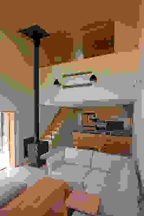 木立に佇む家 設計事務所アーキプレイス 北欧デザインの リビング