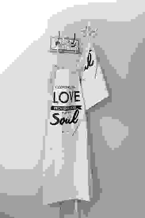 "Avental ""Cooking with Love provides food for the Soul"": Cozinha  por Maria Tigela"