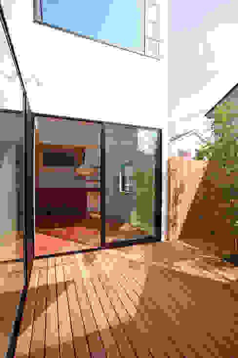 猫と暮らす中庭のある家: 設計事務所アーキプレイスが手掛けたテラス・ベランダです。,モダン