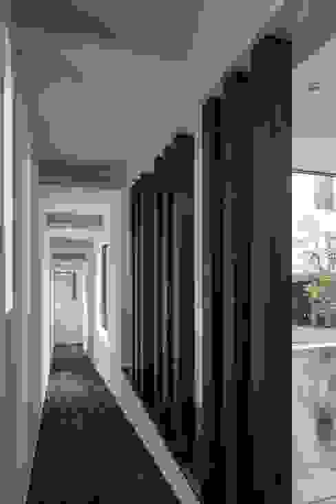 スロープ: 前田敦計画工房が手掛けた廊下 & 玄関です。,モダン