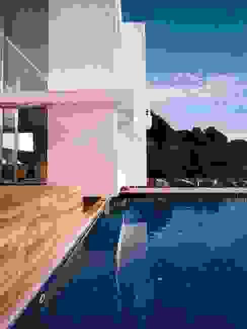 PISCINA SOLER-MORATO ARQUITECTES SLP Piscinas de estilo mediterráneo