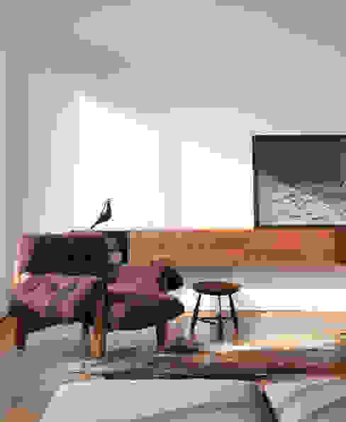 Triplex Viviani Salas de estar minimalistas por InTown Arquitetura e Construção LTDA Minimalista