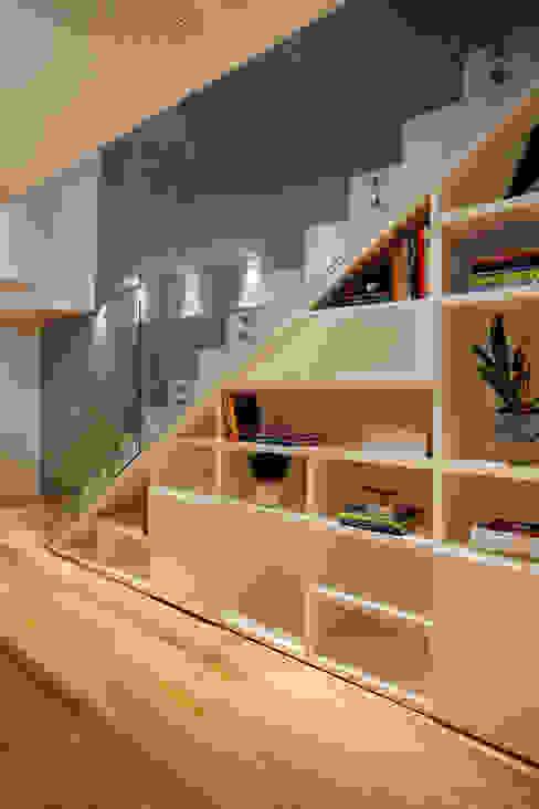 Pasillos, halls y escaleras minimalistas de InTown Arquitetura e Construção LTDA Minimalista