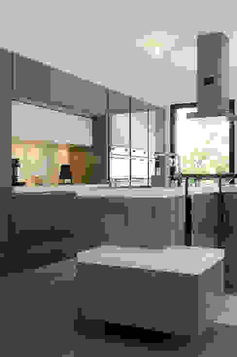 Kitchen by LA CUISINE DANS LE BAIN SK CONCEPT, Modern