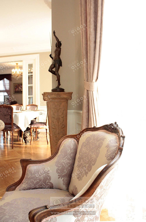 Антикварные вещи в интерьере дома Гостиная в классическом стиле от Дизайн студия Ольги Кондратовой Классический