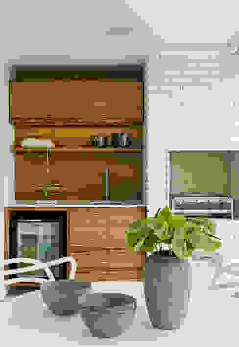 Balkon, Beranda & Teras Modern Oleh DIEGO REVOLLO ARQUITETURA S/S LTDA. Modern