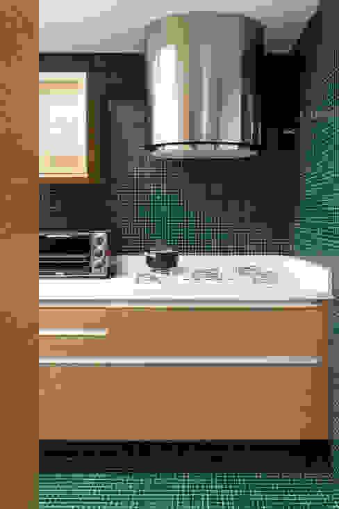 モダンな キッチン の DIEGO REVOLLO ARQUITETURA S/S LTDA. モダン