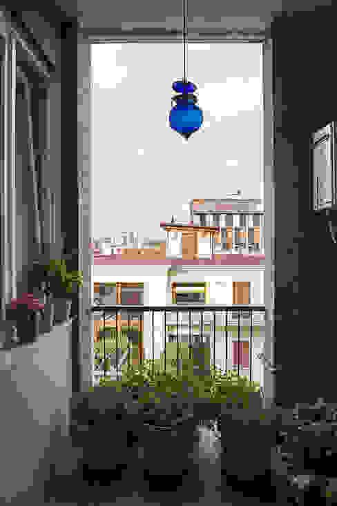 Woodboard House Balcone, Veranda & Terrazza in stile minimalista di Atelier Blank Minimalista