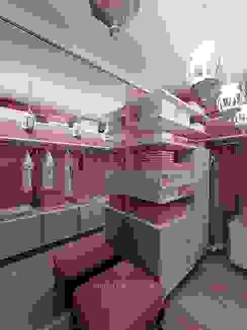 НЕЖНОЕ СОЧЕТАНИЕ РОЗОВОГО И БЕЖЕВОГО В ДИЗАЙНЕ ГАРДЕРОБНОЙ Гардеробная в стиле модерн от Студия дизайна интерьера Руслана и Марии Грин Модерн