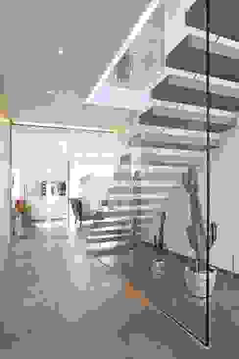 Rötzer Ziegel Element Haus GmbH Koridor & Tangga Modern