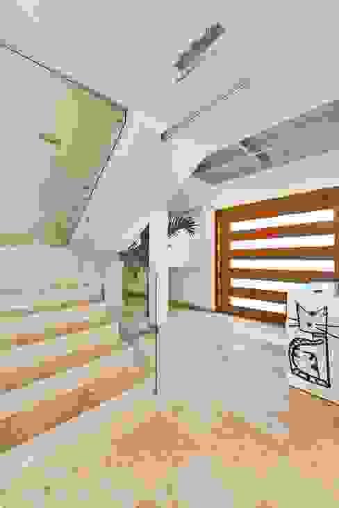 Corredores, halls e escadas minimalistas por Excelencia en Diseño Minimalista