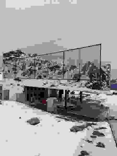Bei Schnee und Kälte wird die Fassade komplettiert homify Moderne Hotels