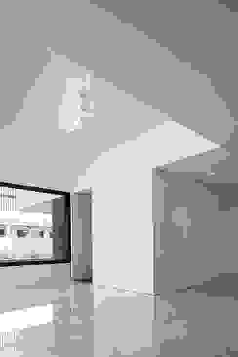 Casa na Beloura, Sintra Corredores, halls e escadas minimalistas por Estúdio Urbano Arquitectos Minimalista