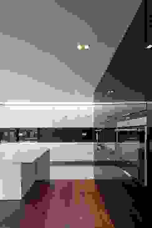 Casa na Beloura, Sintra Cozinhas minimalistas por Estúdio Urbano Arquitectos Minimalista