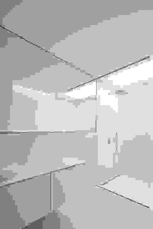 Casa na Beloura, Sintra Casas de banho minimalistas por Estúdio Urbano Arquitectos Minimalista