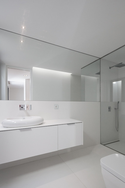 House in Beloura, Sintra Minimalist style bathroom by Estúdio Urbano Arquitectos Minimalist