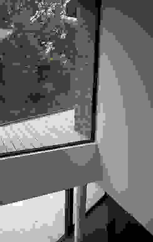 Paredes  por David James Architects & Partners Ltd