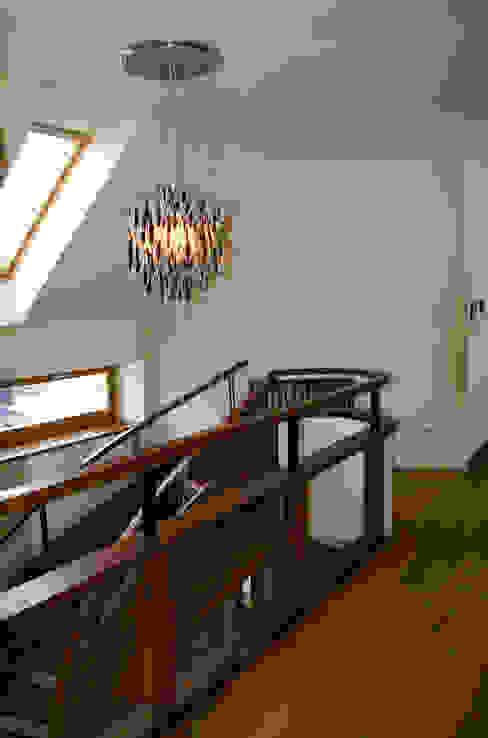Dom z basenem w Krakowie: styl , w kategorii Korytarz, przedpokój zaprojektowany przez Architektura Wnętrz Daria Zaremba,Nowoczesny