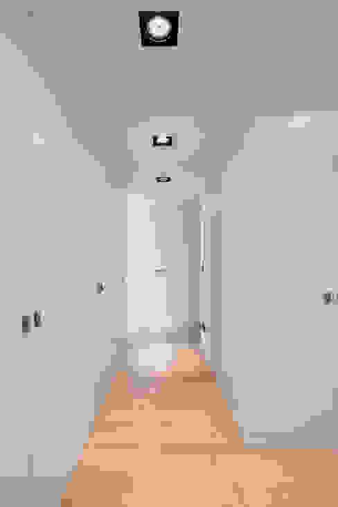 Вбиральня by Estúdio Urbano Arquitectos , Мінімалістичний
