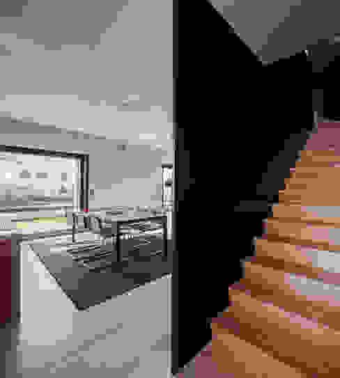 Moradias em banda, Queijas Estúdio Urbano Arquitectos Corredores, halls e escadas minimalistas
