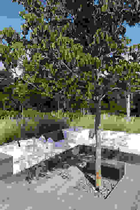 Terrace by Consuelo Jorge Arquitetos, Minimalist