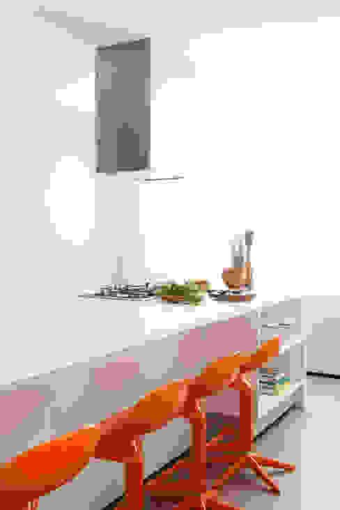 ミニマルデザインの キッチン の Consuelo Jorge Arquitetos ミニマル