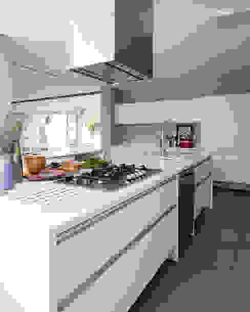 Minimalist kitchen by Consuelo Jorge Arquitetos Minimalist