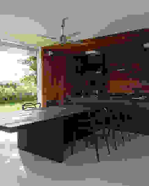 Balcones y terrazas de estilo minimalista de Consuelo Jorge Arquitetos Minimalista