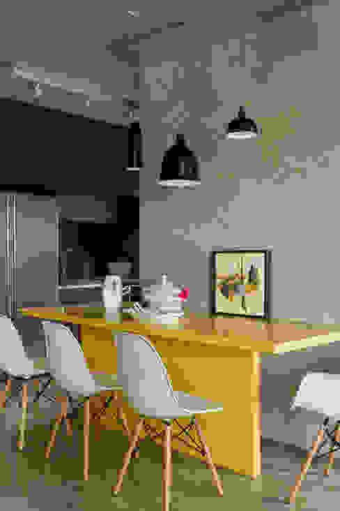 Moderne eetkamers van DIEGO REVOLLO ARQUITETURA S/S LTDA. Modern