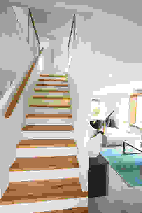 Dennert Massivhaus GmbH Modern corridor, hallway & stairs