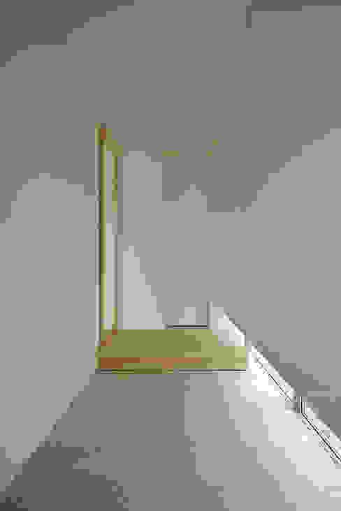 Corridor & hallway by 株式会社 空間建築-傳