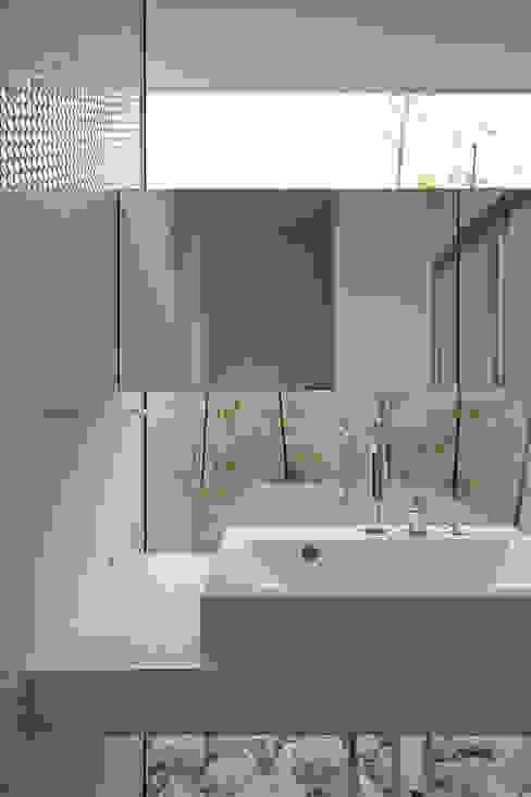 Bathroom by 株式会社 空間建築-傳