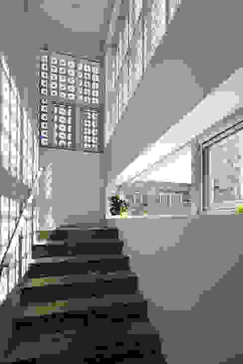Lotus Haus (로터스하우스): 스마트건축사사무소의  복도 & 현관,모던