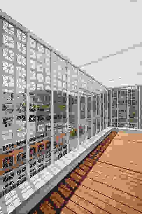 Lotus Haus (로터스하우스) 모던스타일 발코니, 베란다 & 테라스 by 스마트건축사사무소 모던