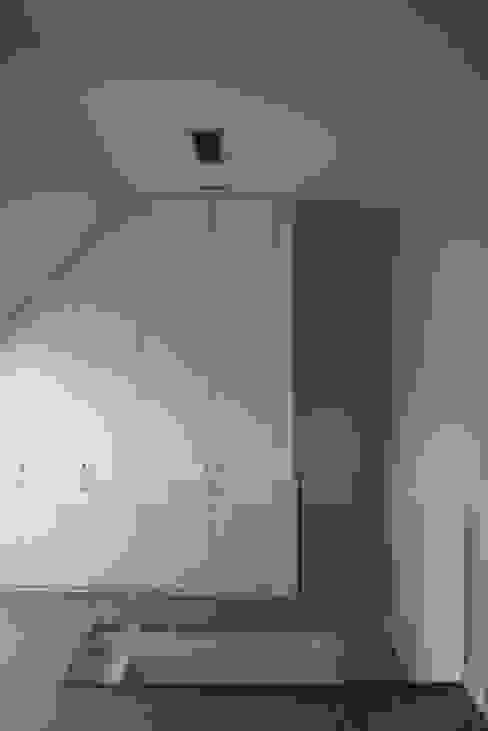 Vestidor totalmente integrado Vestidores de estilo moderno de key home designers Moderno