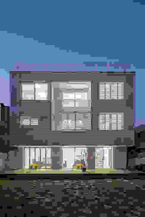 마당있는 집: 스마트건축사사무소의  주택,모던